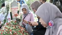 Warga berdoa saat berziarah ke makam Presiden ke-3 RI BJ Habibie di TMP Kalibata, Jakarta, Minggu (15/9/2019). Makam Habibie masih selalu ramai dikunjungi warga yang ingin berziarah. (merdeka.com/Iqbal Nugroho)