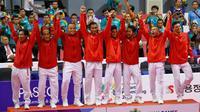 Ekspresi timnas takraw Indonesia selama upacara penghargaan setelah mengalahkan Jepang di final Asian Games 2018 di Palembang, Sabtu (1/9). Indonesia menang 2-1 atas Jepang. (AP Photo/Vincent Thian)