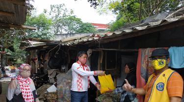 Relawan Solmet membagikan bantuan sembako untuk terdampak corona di Depok.
