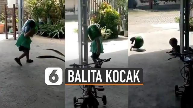 Aksi kocak yang dilakukan balita saat memakai helm menyita perhatian warganet.