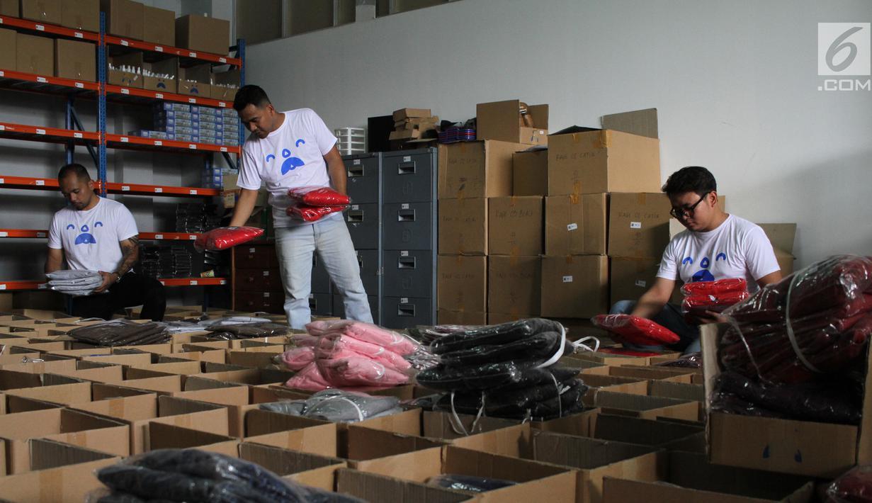 Pekerja menata stok pakaian di gudang baru Pakde di Bandung, (22/10). Pemilihan Bandung sebagai gudang baru Pakde (Paket Delivery) start up ini karena pertumbuhan ekonomi kreatifnya yang kian membaik. (Liputan6.com/Ho/Agus)