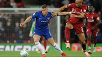 Gelandang Chelsea, Ross Barkley mengontrol bola dari kawalan bek Liverpool Fabinho saat bertanding pada babak ketiga Piala Liga Inggris di stadion Anfield (26/9). Chelsea berhasil mengalahkan Liverpool 2-1. (AP Photo/Rui Vieira)