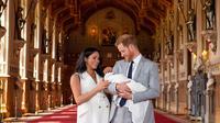 Pangeran Harry dan Meghan Markle berpose dengan bayi laki-lakinya yang baru lahir di St George's Hall di Windsor Castle di Windsor, London (8/5/2019). Pangeran Harry menyatakan bahwa dia dan Meghan Markle masih memikirkan nama anak mereka. (AFP Photo/Dominic Lipinski)