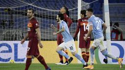 Gelandang Lazio, Luis Alberto (tengah) melakukan selebrasi usai mencetak gol kedua timnya ke gawang AS Roma dalam laga lanjutan Liga Italia Serie A 2020/21 pekan ke-18 di Olympic Stadium, Roma, Jumat (15/1/2021). Lazio menang 3-0 atas AS Roma. (AFP/Filippo Monteforte)