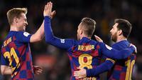 Frenkie de Jong mengaku sangat senang Lionel Messi tetap bertahan di Barcelona pada musim ini. (AFP/Josep Lago)