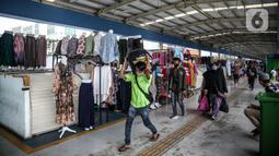 Suasana di Jembatan Penyeberangan Multiguna atau Skybridge Tanah Abang, Jakarta, Jumat (19/6/2020). Kendati pusat perbelanjaan telah dibuka sejak 15 Juli 2020, aktivitas jual beli di Skybridge Tanah Abang terpantau sepi. (Liputan6.com/Faizal Fanani)