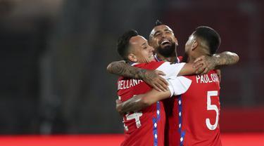 Gelandang Chile, Arturo Vidal (tengah) berselebrasi dengan timnya setelah mencetak gol ke gawang Peru dalam laga Kualifikasi Piala Dunia 2022 zona Conmebol di Estadio Nacional, Santiago, Jumat (13/11/2020). Chile mengalahkan Peru 2-0 berkat gol yang diborong Arturo Vidal (Ivan Alvarado, Pool via AP)