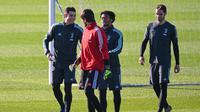 Penyerang Juventus, Cristiano Ronaldo dan rekan-rekannya bercanda saat tiba mengikuti sesi latihan tim di Turin, Italia (10/12/2019). Juventus akan bertanding melawan wakil Jerman, Bayern Leverkusen pada Grup D Liga Champions di BayArena. (AFP/Marco Bertorello)