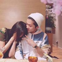 Potret kemesraan Guan Xiao Tong dan Luhan ini bikin kamu ogah kelamaan nge-jomblo! (Sumber Foto: koreaboo.com)