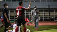 Pelatih Persipura Jayapura, Jacksen F. Tiago saat laga pekan pertama BRI Liga 1 2021/2022 melawan Persita Tangerang di Stadion Pakansari, Bogor, Sabtu (28/08/2021). Persipura kalah 1-2. (Bola.com/Bagaskara Lazuardi)