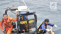 Tim SAR mengevakuasi barang korban dan puing pesawat Lion Air JT 610 saat pencarian hari kedua di laut utara Karawang, Jawa Barat, Selasa (30/10). Pencarian korban Lion Air dilakukan dengan menyisiri Pantai Tanjung Pakis. (Merdeka.com/Iqbal S. Nugroho)