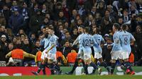 Para pemain Manchester City merayakan gol yang dicetak oleh Leroy Sane ke gawang Hoffenheim pada laga Liga Champions di Stadion Etihad, Rabu (12/12). Manchester City menang 2-1 atas Hoffenheim. (AP/Dave Thompson)
