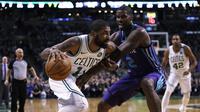 Kyrie Irving (kiri) sumbang poin terbanyak untuk Boston Celtics saat menang telak atas Charlotte Hornets pada lanjutan NBA  (AP Photo/Charles Krupa)