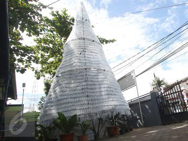 Pohon Natal berbahan limbah botol plastik di halaman Gereja Kristen Pasundan Jemaat Depok, Jawa Barat, Kamis (22/12). Pohon Natal setinggi 12 meter tersebut dibuat dari 6.000 botol plastik bekas untuk menyambut Hari Natal. (Liputan6.com/Immanuel Antonius)