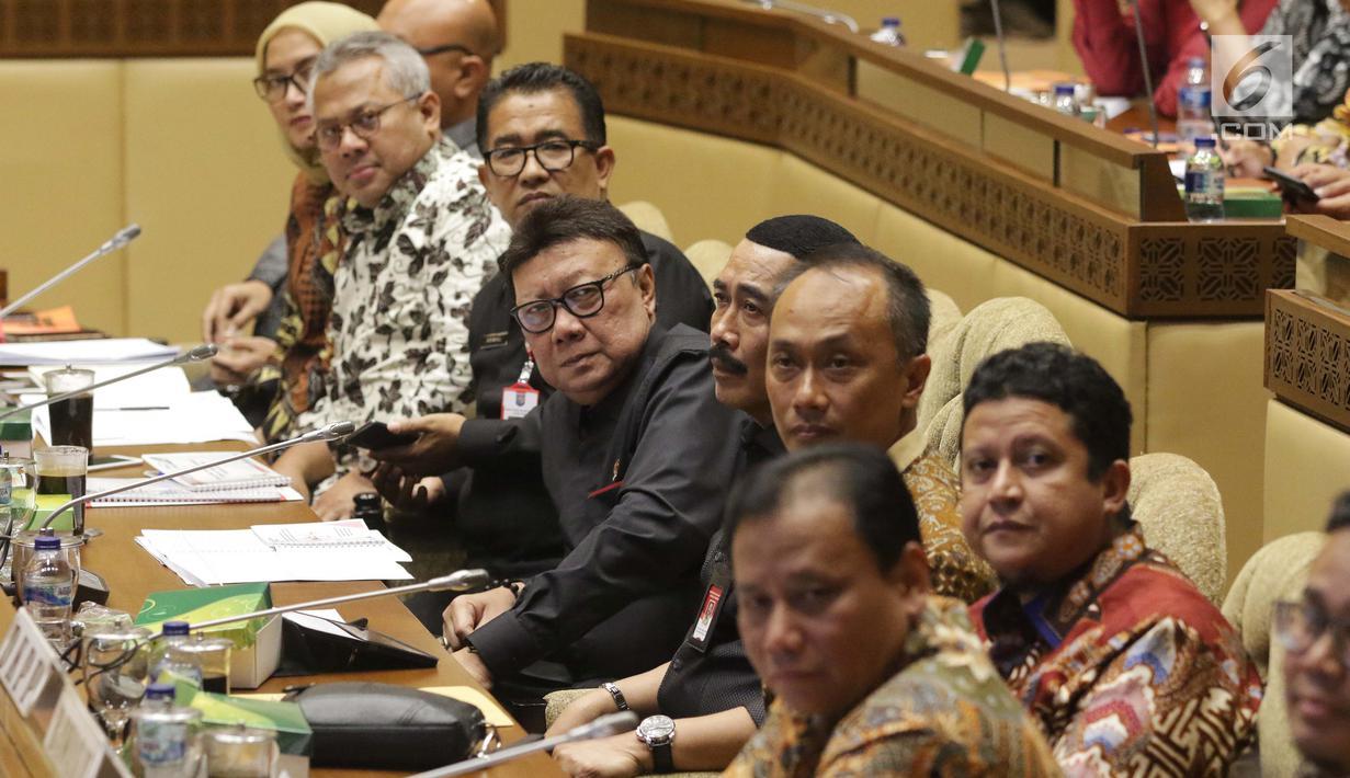 Mendagri, Tjahjo Kumolo (tengah) bersama pimpinan KPU dan Bawaslu saat mengikuti rapat kerja/rapat dengar pendapat dengan Komisi II DPR di Kompleks Parlemen, Jakarta, Kamis (26/9/2019). Rapat membahas evaluasi Pemilu 2019 dan persiapan Pilkada Serentak 2020. (Liputan6.com/Helmi Fithriansyah)