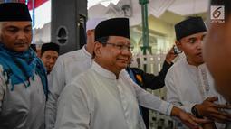 Capres nomor urut 02 Prabowo Subianto saat menghadiri Maulid Nabi sekaligus haul Habib Ali bin Abdurrahman Al-Habsyi Kwitang di Kwitang, Jakarta, Kamis (6/12). Kehadiran Prabowo membuat riuh hadirin yang menyambutnya. (Liputan6.com/Faizal Fanani)