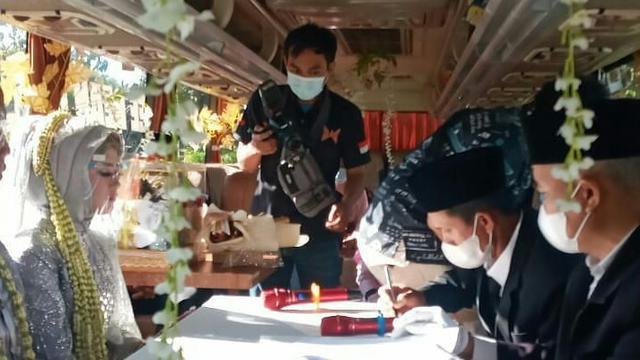 Begini Pengakuan Pengantin Boyolali yang Viral Gelar Pernikahan di Dalam Bus saat PPKM