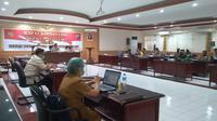 Polda Sulut menggelar Rapat Koordinasi (Rakor) bersama Satgas Covid-19 Provinsi Sulut, Senin (14/12/2020), terkait dengan terus bertambahnya kasus baru positif Covid-19 di Manado.