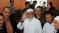 Terpidana kasus terorisme Abu Bakar Baasyir melambaikan tangan kepada media setelah sidang di Jakarta, (25/05/2011). (AFP Photo/Adek Berry)