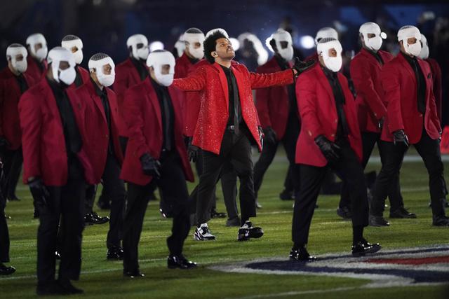 The Weeknd saat tampil di Super Bowl 2021 Halftime Show. (AP Photo/Ashley Landis)