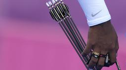 Pemanaha India, Atanu Das mengambil panah selama kompetisi beregu putra di Olimpiade Musim Panas 2020 di Tokyo, Jepang, Senin ( 26/7/2021). Atanu Das menempatkan cincin Olimpiade di jari manisnya agar dapat melepaskan anak panah ketepat sasaran. (AP Photo/Alessandra Tarantino)