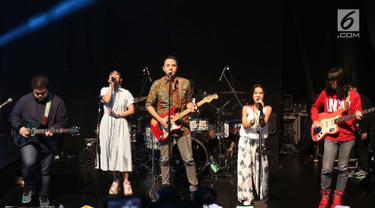 Grup musik Barasuara tampil dalam acara XYZ Day 2018 di Jakarta, Rabu (25/4). XYZ Day 2018 merupakan ajang perkenalan dari bersatunya media daring terkemuka yaitu PT Liputan Enam Dot Com dan PT KapanLagi Dot Com Networks. (Liputan6.com/Immanuel Antonius)