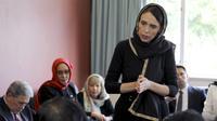 Perdana Menteri Selandia Baru Jacinda Ardern berbicara kepada perwakilan komunitas Muslim pada Sabtu, 16 Maret 2019 di Canterbury Refugee Centre di Christchurch, Selandia Baru, sehari setelah penembakan massal di dua masjid di kota.(New Zealand Prime Minister Office via AP)