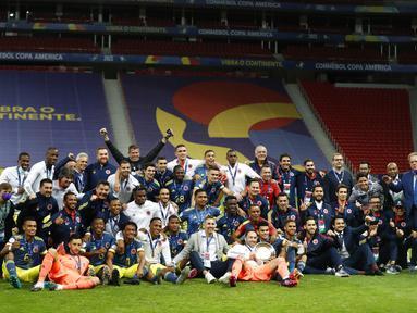 Tim Kolombia berpose untuk foto setelah mengalahkan Peru 3-2 dalam pertandingan juara ketiga Copa America 2021 di Stadion Nasional Brasilia, Brasil, Sabtu (10/7/2021). Kolombia menang dramatis 3-2 atas Peru. (AP Photo/Andre Penner)