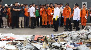 Presiden RI, Joko Widodo (keempat kanan depan) melihat barang yang diduga milik penumpang pesawat Lion Air JT 610 di Pelabuhan JICT 2, Jakarta, Selasa (30/10). Sejumlah barang ditemukan petugas dalam operasi pencarian. (Liputan6.com/Helmi Fithriansyah)