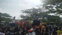 Para pekerja seni di Kabupaten Cirebon saat menggelar aksi menuntut Pemerintah memberikan izin untuk kembali manggung. Foto (Liputan6.com / Panji Prayitno)