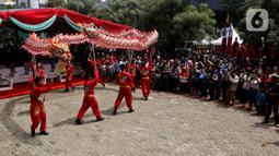 Pertunjukan liong saat puncak perayaan Cap Go Meh 2571 di Jalan Pancoran, Glodok, Tamansari, Jakarta Barat, Sabtu (8/2/2020). Cap Go Meh 2571 dimeriahkan berbagai atraksi seni budaya China dan Betawi. (Liputan6.com/Johan Tallo)