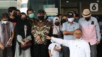 Mantan wakil ketua KPK Bambang Widjojanto (depan kanan) orasi di Gedung ACLC KPK, Jakarta, Kamis (30/9/2021). 57 + 1 pegawai KPK yang tak lolos TWK diberhentikan dengan hormat per 30 September 2021. (Liputan6.com/Herman Zakharia)