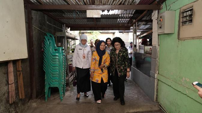 Menkes Nila Moeloek kunjungi keluarga petugas KPPS yang meninggal di Pancoran, Jakarta Selatan pada Rabu (15/5/2019) (Istimewa)