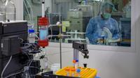 Pekerja memproduksi vaksin COVID-19 di perusahaan Bio Farma, Bandung, Jawa Barat, 12 Agustus 2020. Pemerintah melalui Bio Farma berupaya untuk memenuhi kebutuhan domestik dengan mempersiapkan sebanyak 15 juta bulk vaksin COVID-19 untuk tahap pertama. (BAY ISMOYO/AFP)