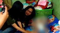Kepala Dinas Pengendalian Penduduk, Pemberdayaan Perempuan, dan Perlindungan Anak (DP5A) Kota Surabaya, Chandra Oratmangon  saat melakukan outrech di rumah klien. (Foto: Liputan6.com/Dian Kurniawan)