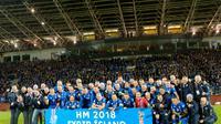 Para pemain Islandia merayakan keberhasilan lolos untuk pertama kali nya ke Piala Dunia setelah mengalahkan Kosovo di Stadion Laugardalsvöllur, Senin (9/10/2017). Islandia menang 2-0 atas Kosovo. (AP/Haraldur Gudjonsson)