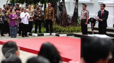 Presiden Jokowi memberi sambutan pada pembukaan pameran seni rupa koleksi Istana Kepresidenan RI di Galeri Nasional, Jakarta, Senin (1/8). Jokowi terlihat didampingi oleh Presiden ke-5 RI Megawati Soekarnoputri. (Liputan6.com/Faizal Fanani)