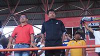 Aji Santoso menghadiri pertandingan PSIM bs PSBS di Stadion Sultan Agung, Bantul Minggu (14/7/2019) sore WIB. (Bola.com/Hanif Sri Yulianto