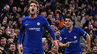 Pemain Chelsea, Marcos Alonso (kiri) merayakan gol bersama rekannya Alvaro Morata saat melawan Brighton pada laga Premier League di Stamford Bridge, London, (26/12/2017). Chelsea menang 2-0. (AFP/Ben Stansall)