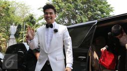 Glenn Alinskie saat tiba di Gereja Katedral untuk acara pemberkatan pernikahan, Jakarta, Kamis (1/10/2015). Glenn tampak keren dan ganteng dengan jas putih yang dikenakannya (Liputan6.com/Herman Zakharia)