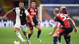 Penyerang Juventus, Cristiano Ronaldo, berebut bola dengan pemain Genoa pada laga lanjutan Serie A di Stadion Luigi Ferraris, Rabu (1/7/2020) dini hari WIB. Juventus menang 3-1 atas Genoa. (AFP/Miguel Medina)