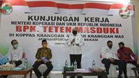 Menteri Koperasi dan UKM Teten Masduki (tengah) menyampaikan sambutan saat mengunjungi Pasar Kranggan, Bekasi, Jawa Barat, Jumat (19/6/2020). Teten melakukan peninjauan lapangan terkait restrukturisasi pinjaman/pembiayaan LPDB-KUMKM kepada Koperasi Pasar Kranggan. (Liputan6.com/Herman Zakharia)