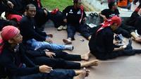 Usai long march Bandung-Jakarta, Yudi ditemani teman-teman sesama buruh melepas penat di sekitar Tugu Proklamasi, Menteng, Jakarta Pusat. (Liputan6.com/Putu Merta Surya Putra)