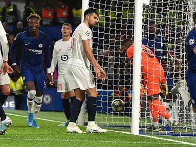 Pemain Chelsea Cesar Azpilicueta (kanan) mencetak gol ke gawang Lille pada pertandingan Grup H Liga Champions di Stadion Stamford Bridge, London, Inggris,  Selasa (10/12/2019). Chelsea menang 2-1 dan lolos ke babak 16 besar Liga Champions. (AP Photo/Thanassis Stavrakis)