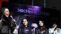 Vokalis Kotak, Tantri bersama Kikan X Kotak saat peluncuran single kolaborasi Kikan X Kotak di kawasan SCBD, Jakarta, Senin (14/3/2016). Single perdana tersebut bertajuk Long Live Rock N Roll. (Liputan6.com/Herman Zakharia)