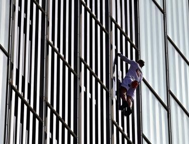 FOTO: Aksi Nekat Pria Inggris Panjat Gedung Pencakar Langit di Barcelona