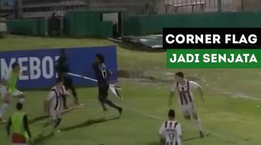 Gelandang Independiente U-20, Angelo Preciado, gunakan corner flag sebagai senjata untuk bertahan dari serangan lawannya.