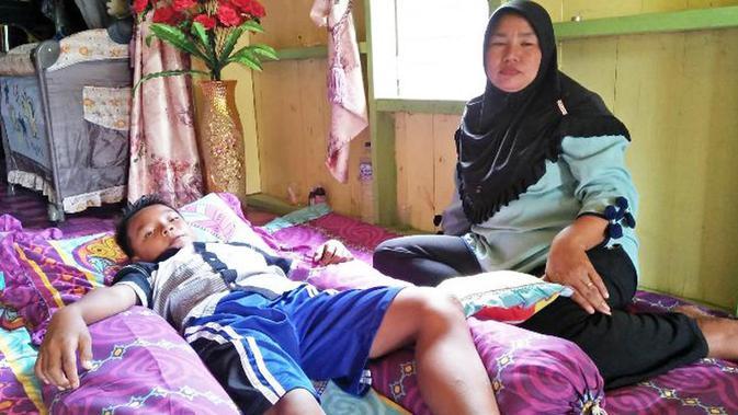Inilah cerita aksi heroik seorang ibu yang menyelamatkan anaknya yang  tengah diterkam oleh buaya. ( d33aeda0f7