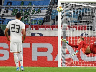 Kiper Timnas Jerman Marc-Andre Ter Stegen berusaha menghalau serangan bola dari Timnas Argentina dalam laga persahabatan di Stadion Signal Iduna Park, Dortmund, Rabu (9/10/2019).  Sempat unggul dua gol, Timnas Jerman harus puas bermain 2-2 setelah Argentina menyamakan kedudukan. (AP/Martin Meissner)