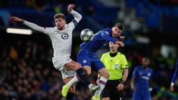 Pemain Lille Xeka (kiri) berebut bola dengan pemain Chelsea Mason Mount pada pertandingan Grup H Liga Champions di Stadion Stamford Bridge, London, Inggris,  Selasa (10/12/2019). Chelsea menang 2-1 dan lolos ke babak 16 besar Liga Champions. (AP Photo/Thanassis Stavrakis)